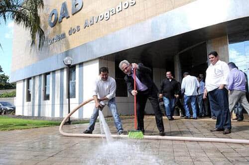 Presidente da assembleia legislativa de RO lava sede da OAB em protesto contra precatórios