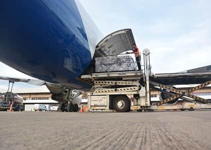Seguradora garante ressarcimento integral por avarias de carga durante transporte aéreo internacional