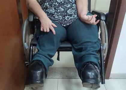 Cadeirante não consegue entrar em Fórum e assiste audiência do lado de fora