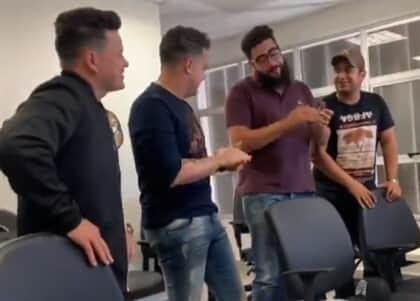 A pedido de juiz, disputa entre duplas sertanejas termina em música